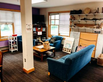 A comfortable sitting space in the Akwe:kon resident hall director and resident assistance lounge.